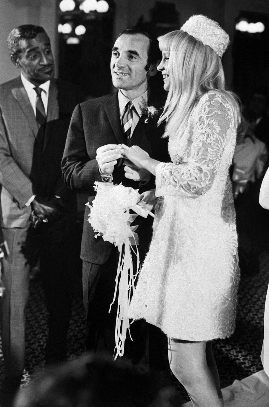 Charles Aznavour le jour de son mariage avecUlla, en 1967, entouré de Sammy Davis Jr.