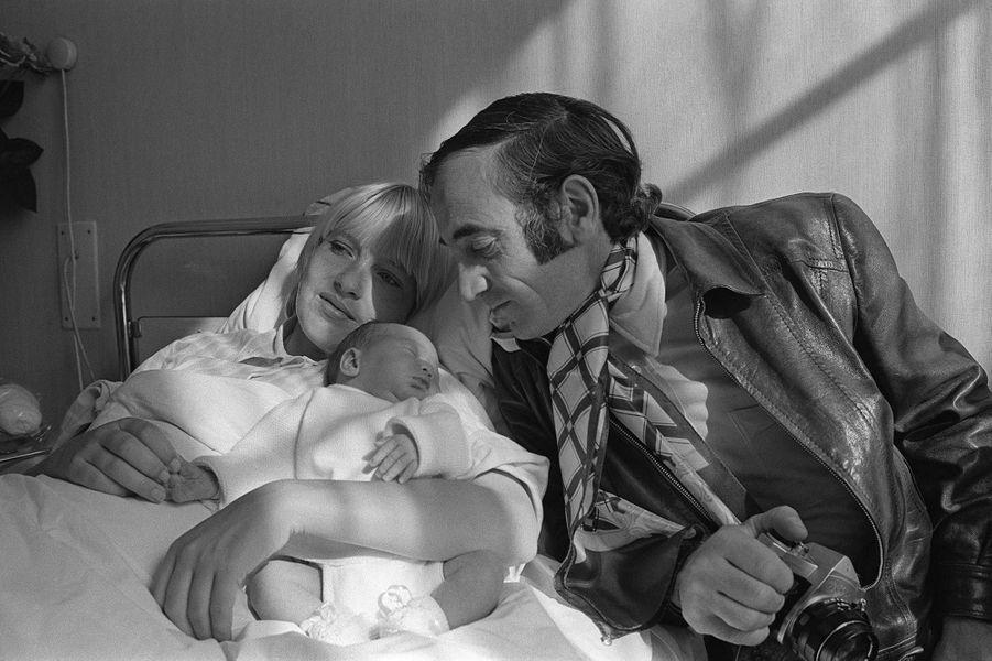 Charles Aznavour avec son épouse Ulla et leur fille Katia, née en octobre 1969.