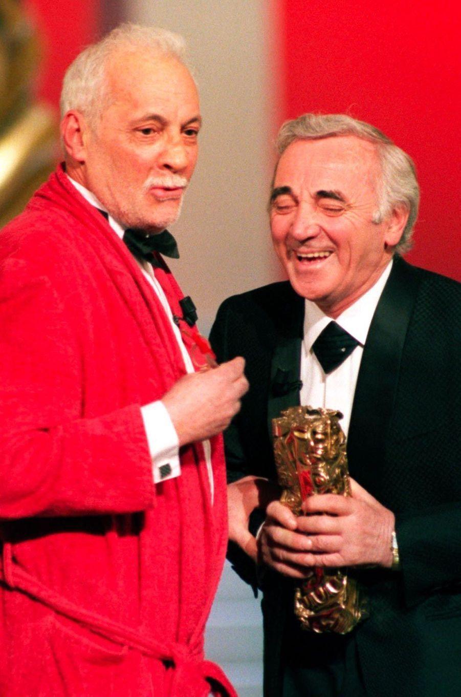 Michel Serrault et Charles Aznavour, en février 1997.