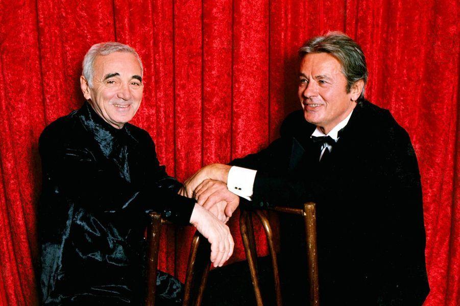 Charles Aznavour et Alain Delon, en 1997.