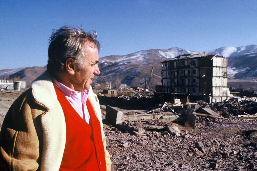 Charles Aznavour lors d'une visite en Arménie après le tremblement de terre qui a eu lieu le 7 décembre 1988.