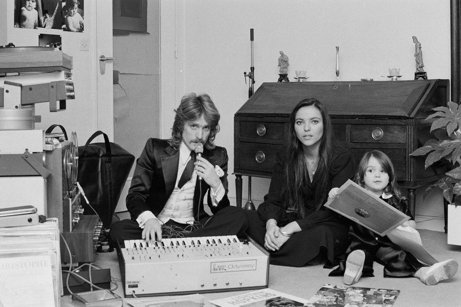 Christophe chez lui avec son épouse Véronique et leur fille Lucie, en février 1974.