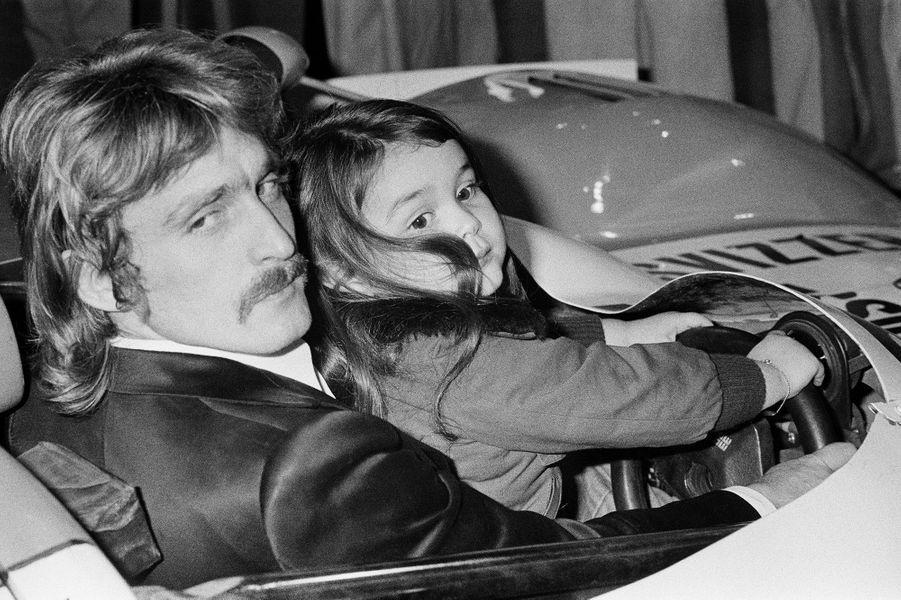 Christophe le passionné d'automobiles avec sa fille Lucie, en novembre 1974.