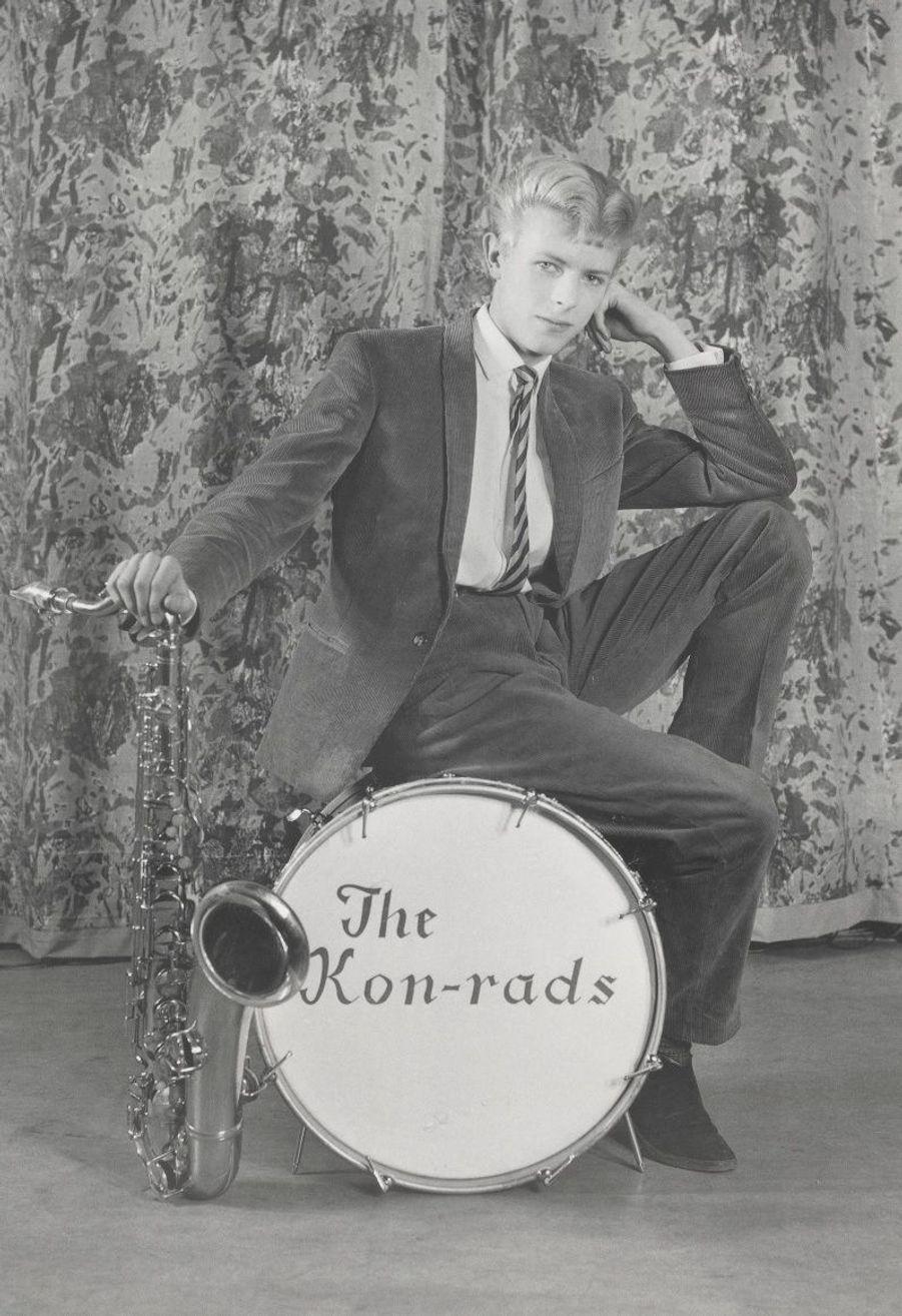 Photo promotionnelle de 1963,pour les Kon-rads, son premier groupe. Bowie est alors âgé de 16 ans.