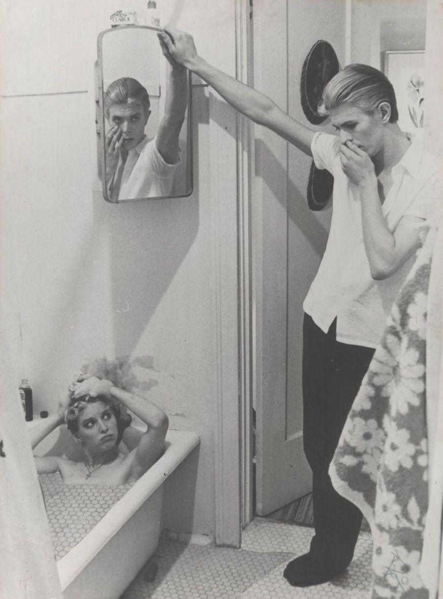 """Collage de photos de tournage du film """"L'Homme qui venait d'ailleurs"""" (1975-1976). Réalisé par Nicolas Roeg, David Bowie y incarne un extraterrestre échoué sur Terre."""