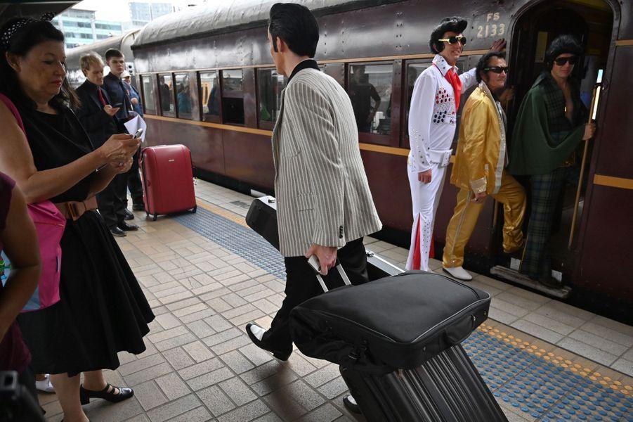 """Des fans du """"King"""" embarquent à bord du """"Elvis Express"""" en gare de Sydney, le 10 janvier 2019."""