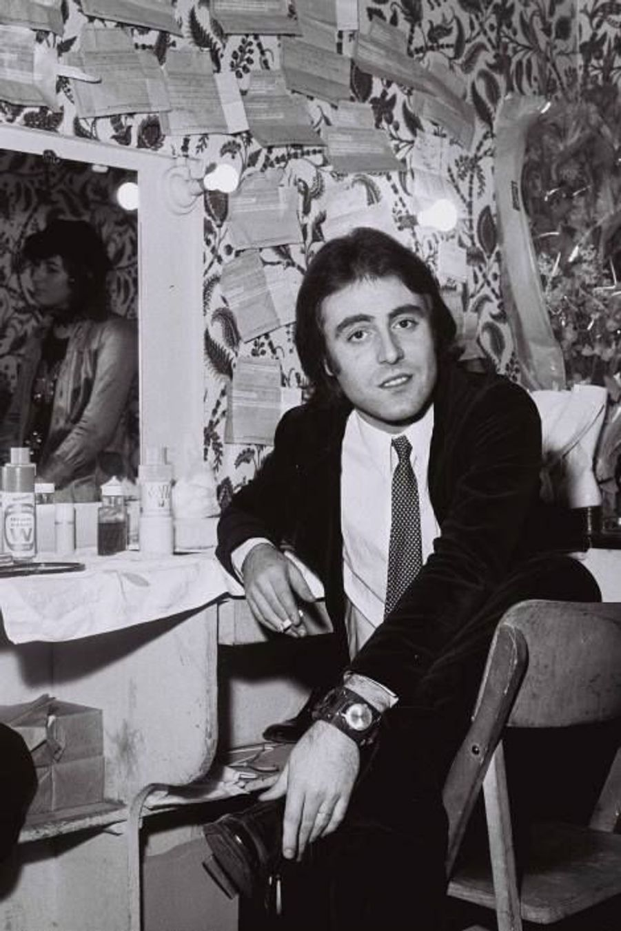 Michel Delpech dans les loges après un concert en 1970