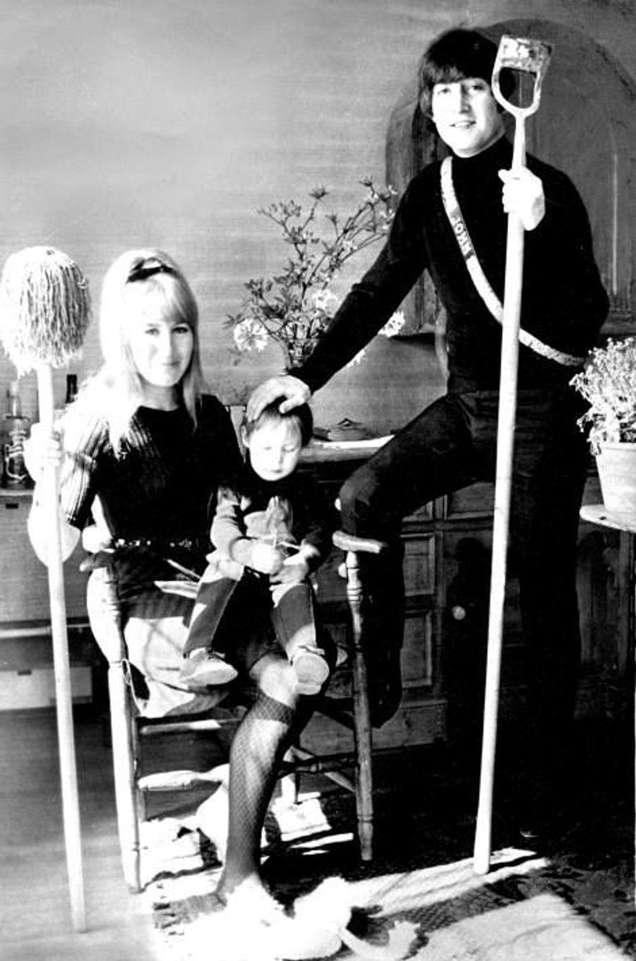Cynthia, John Lennon et leur fils Julian en 1968