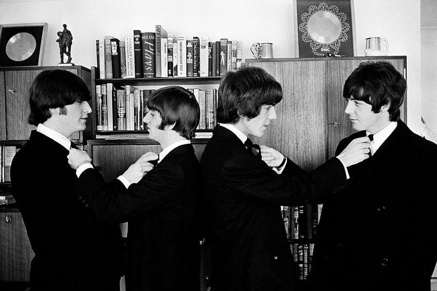 John Lennon (à gauche) et les Beatles avant une réception au palais de Buckingham en 1965