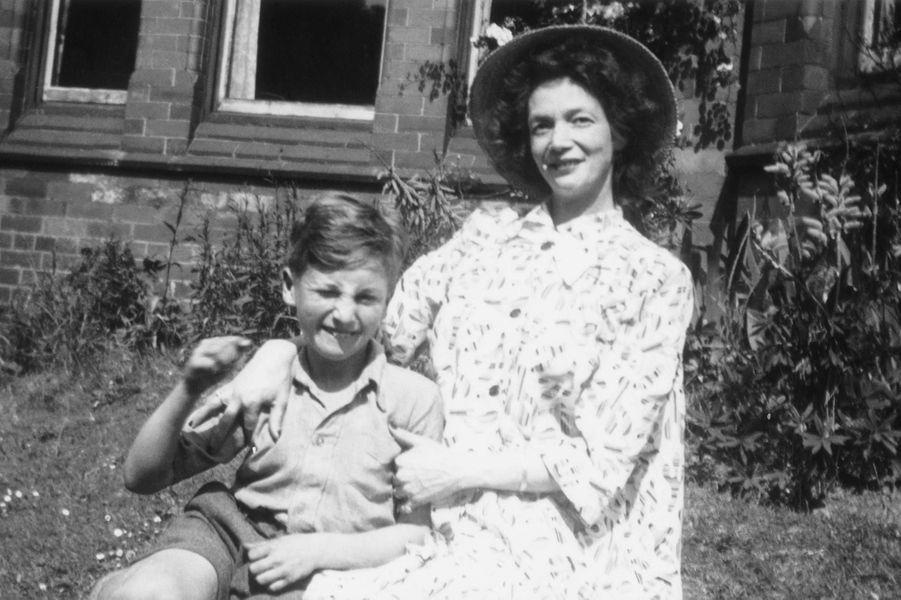John Lennon enfant avec sa mère en 1949