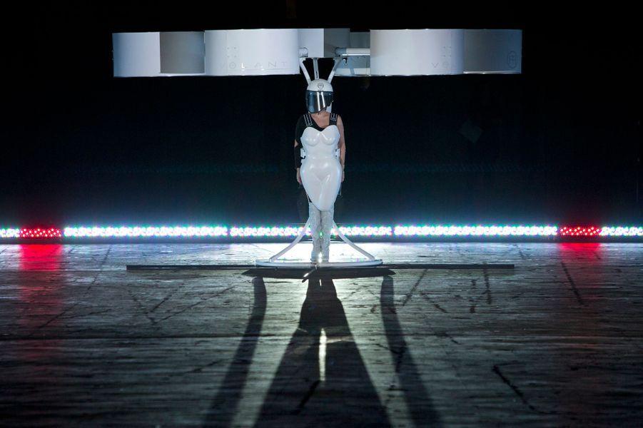 Alors que son nouvel album débarque ce lundi dans les bacs réels et virtuels du monde entier, Lady Gaga présentait dimanche sa robe de future cosmonaute, à New York. On prête à la diva l'intention de donner prochainement un concert dans l'espace. Performance d'art contemporain, fumisterie médiatique? En tout cas Volantis, sa tenue spatiale, est déjà prête pour des vols d'essai.