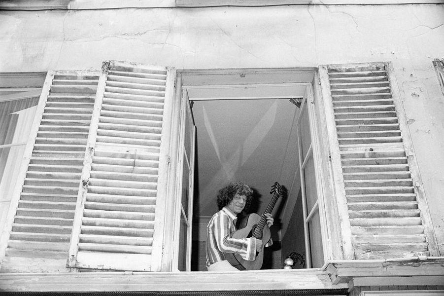 10 mai 1976, dans son appartement, le guitariste gitan MANITAS DE PLATA à la fenêtre, avec sa guitare.