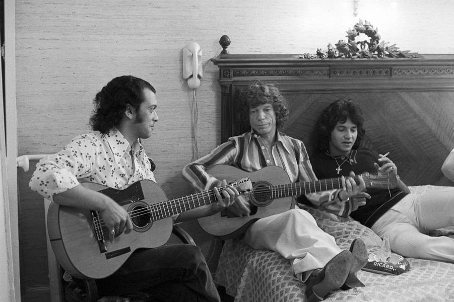 10 mai 1976, dans son appartement, le guitariste gitan MANITAS DE PLATA jouant de la guitare, en famille.