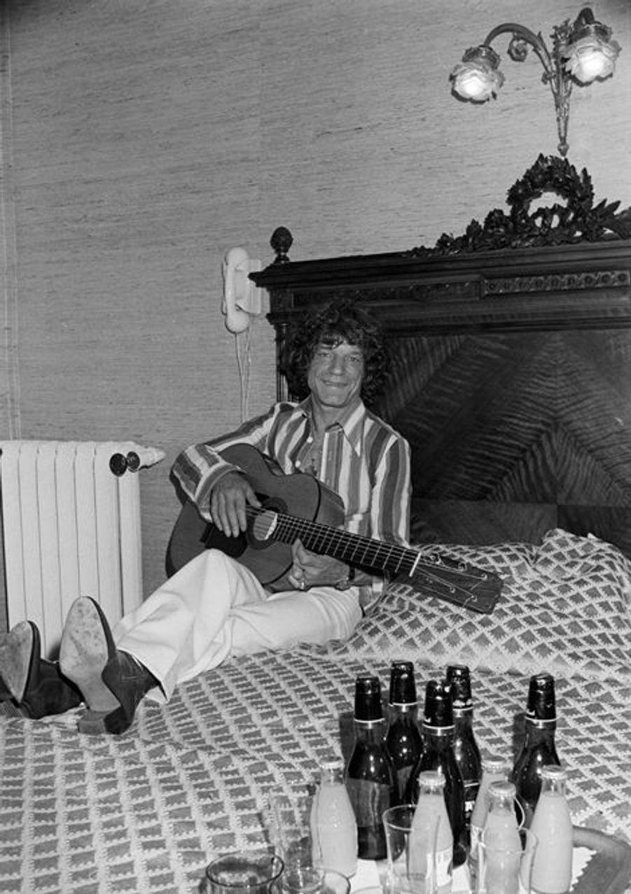 10 mai 1976, dans son appartement, le guitariste gitan MANITAS DE PLATA joue de la guitare