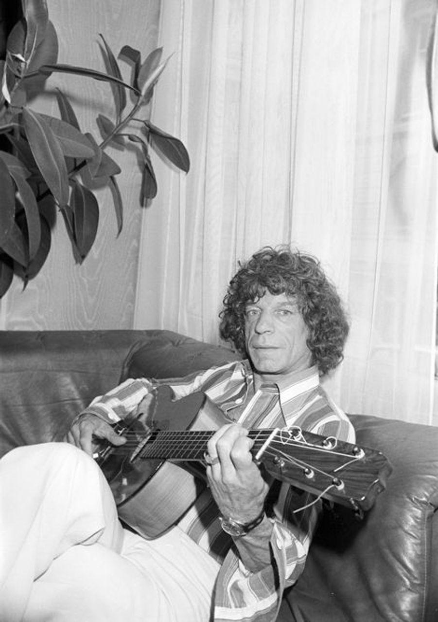 10 mai 1976, dans son appartement, le guitariste gitan MANITAS DE PLATA, sur son lit, pose avec sa guitare. Au premier plan, un plateau avec des boi...