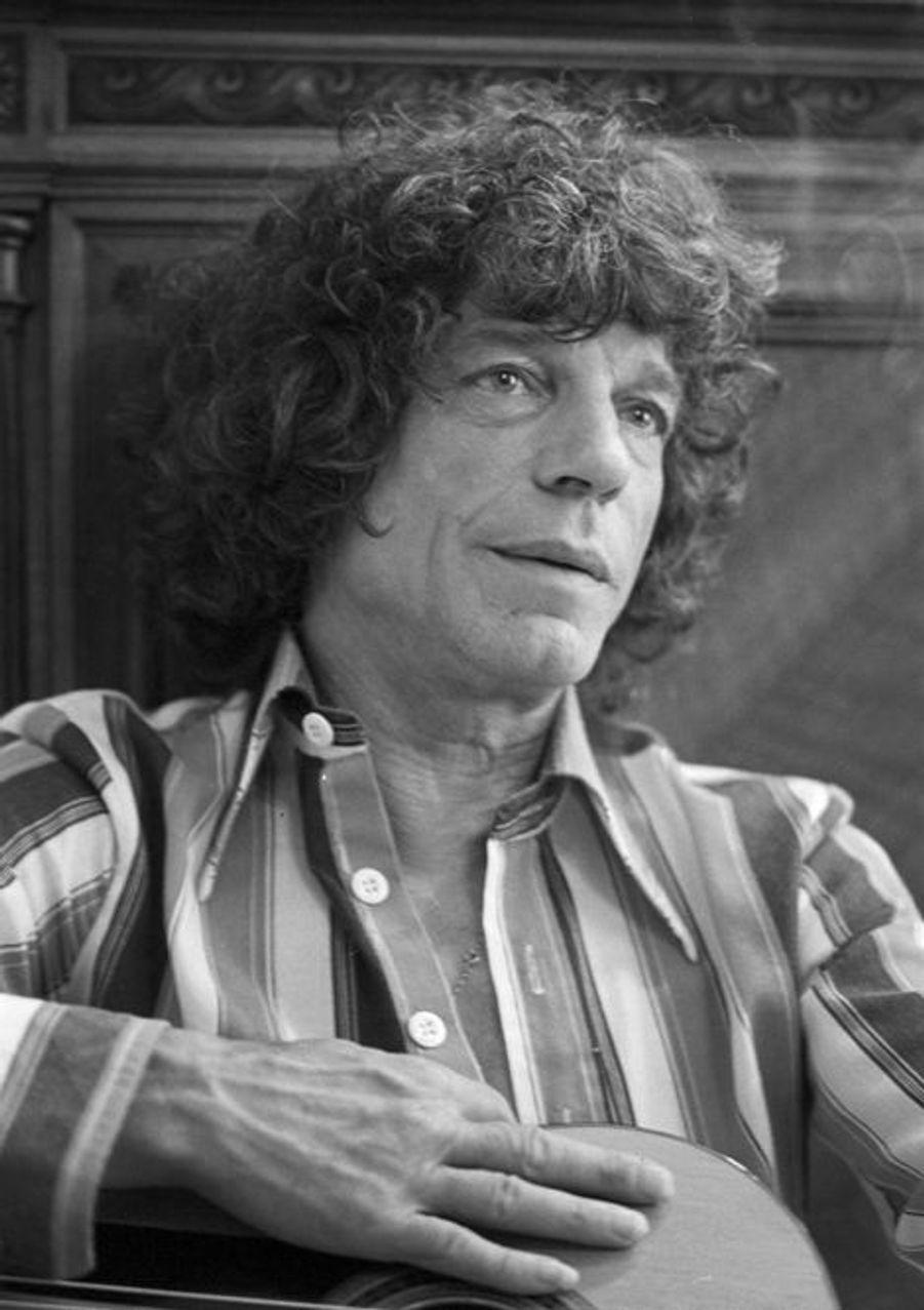 10 mai 1976, dans son appartement, portrait du guitariste gitan MANITAS DE PLATA, portant une chemise rayée, avec sa guitare.