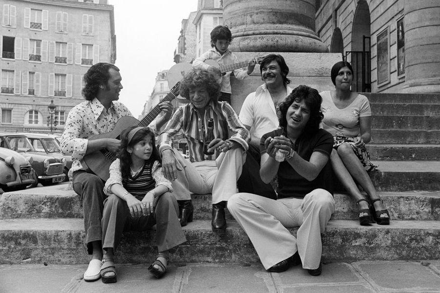 Paris, 10 mai 1976, le guitariste gitan MANITAS DE PLATA en famille sur les marches du théâtre de l'Odéon.