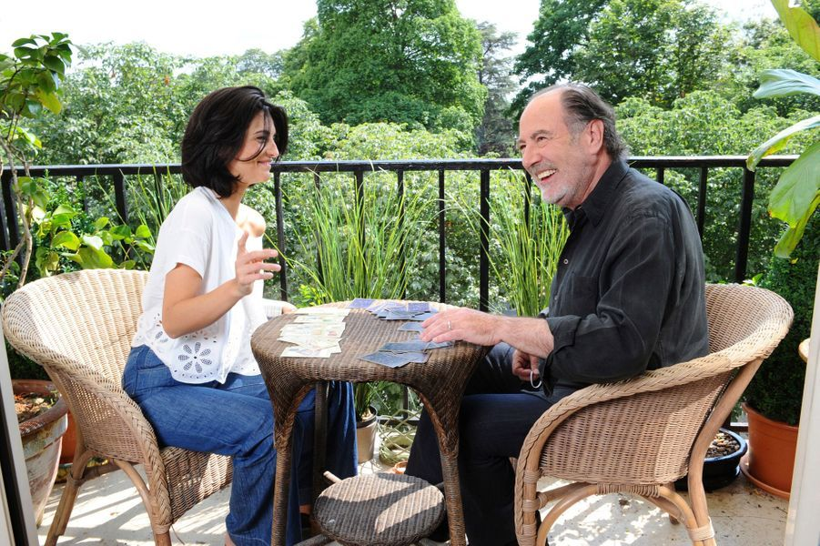 Il posait avec sa belle-fille, Pauline Delpech, romancière, sur le balcon de son nouveau domicile de la région parisienne où il vivait avec son épouse Geneviève.
