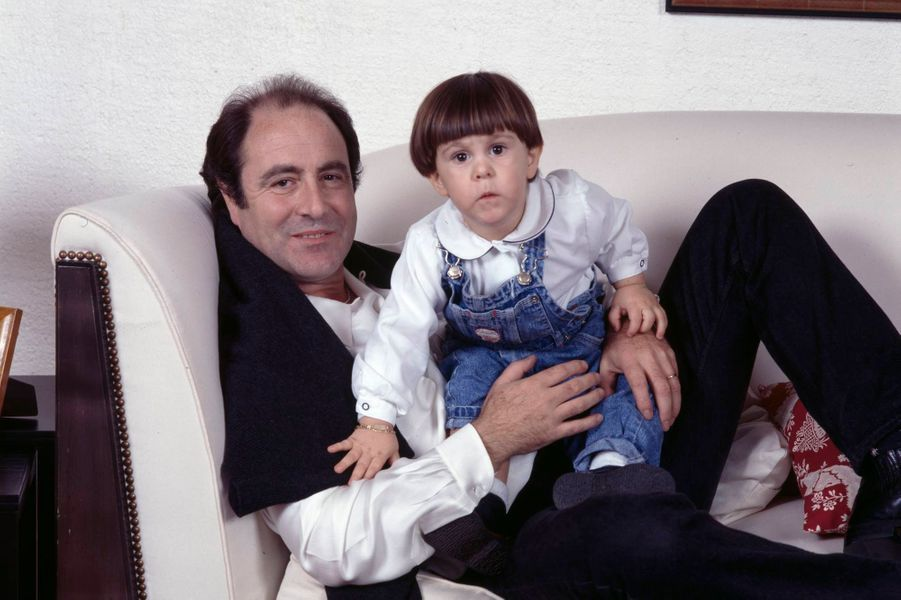Michel Delpech et son fils Emmanuel dans les bras.