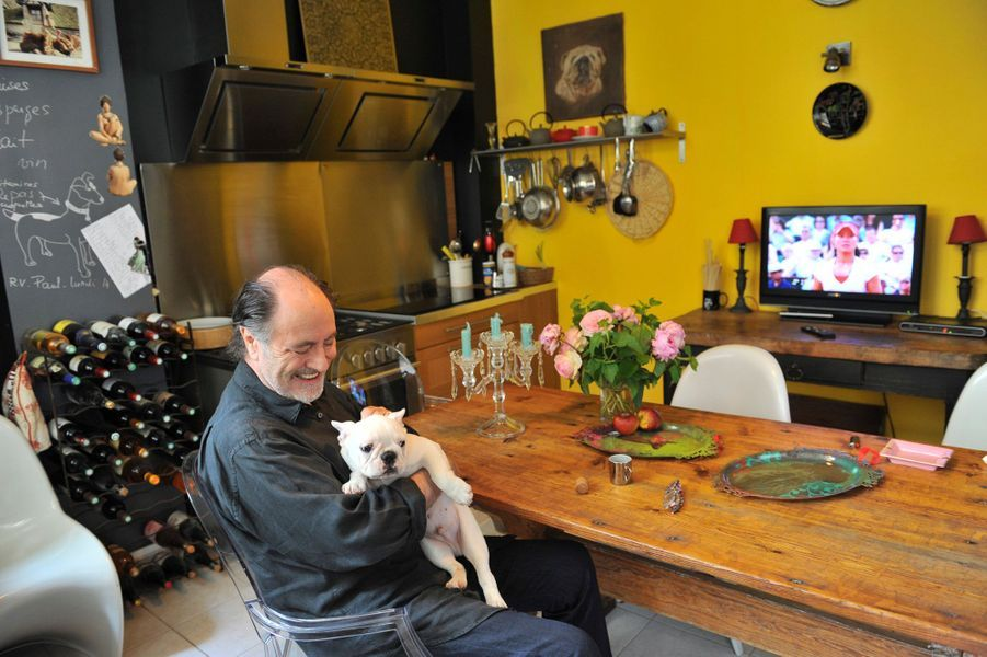 Il avait reçu Paris Match le samedi 4 juin 2011, dans la cuisine de son nouveau domicile en région parisienne où il vivait avec son épouse Geneviève. Dans ses bras, Toad, un bouledogue français de 3 mois. Sur la table, des roses Pierre-de-Ronsard cueillies sur le balcon. Au fond, un casier de grands crus, vieillis dans la cave de sa maison de Normandie.