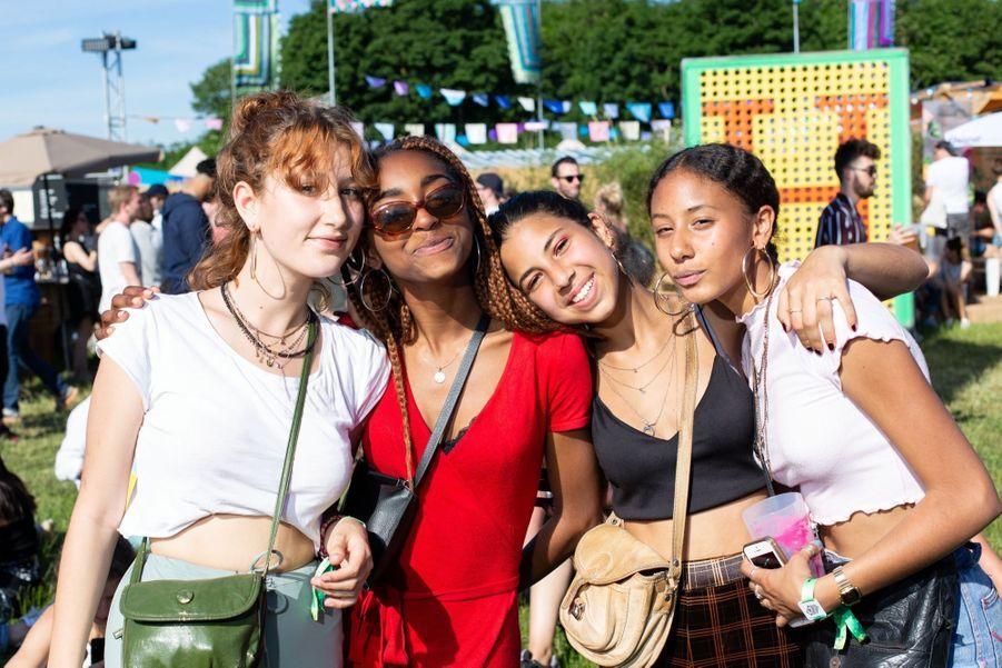 Rose, Noé, Adèle et Maella. Groupe de copines parisiennes de 16 et 17 ans. Venues pour « Booba, 13 block… et l'écologie ! »