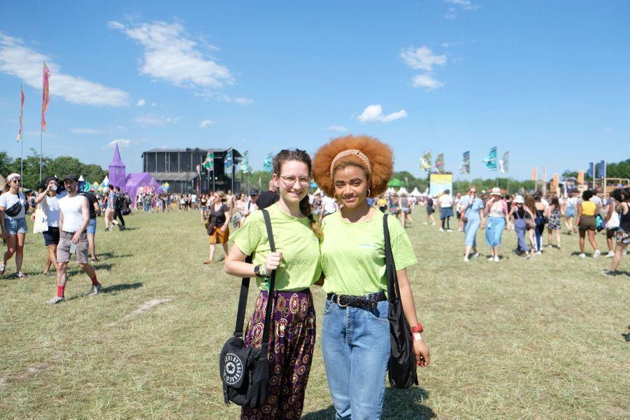 Solène et Flora, 25 ans, Parisiennes. Elles travaillent pour « Autre Monde », une association qui crée du lien social à travers des évènements culturels, d'où leur venue à We Love Green avec d'autres membres de l'association.