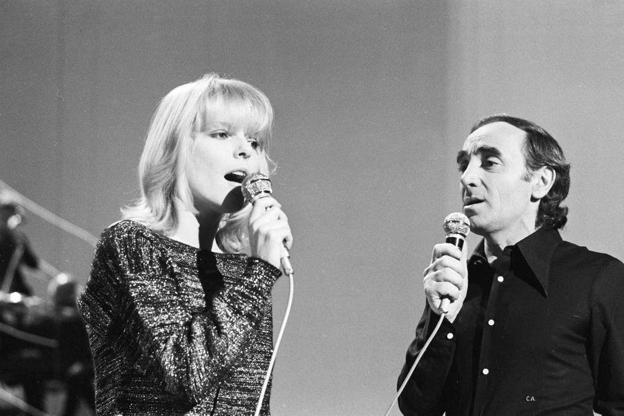 """France Gall chante """"La mamma""""avec Charles Aznavour à la télévision en 1976. La chanson a été écrite par son pèrele chanteur et parolier Robert Gall."""