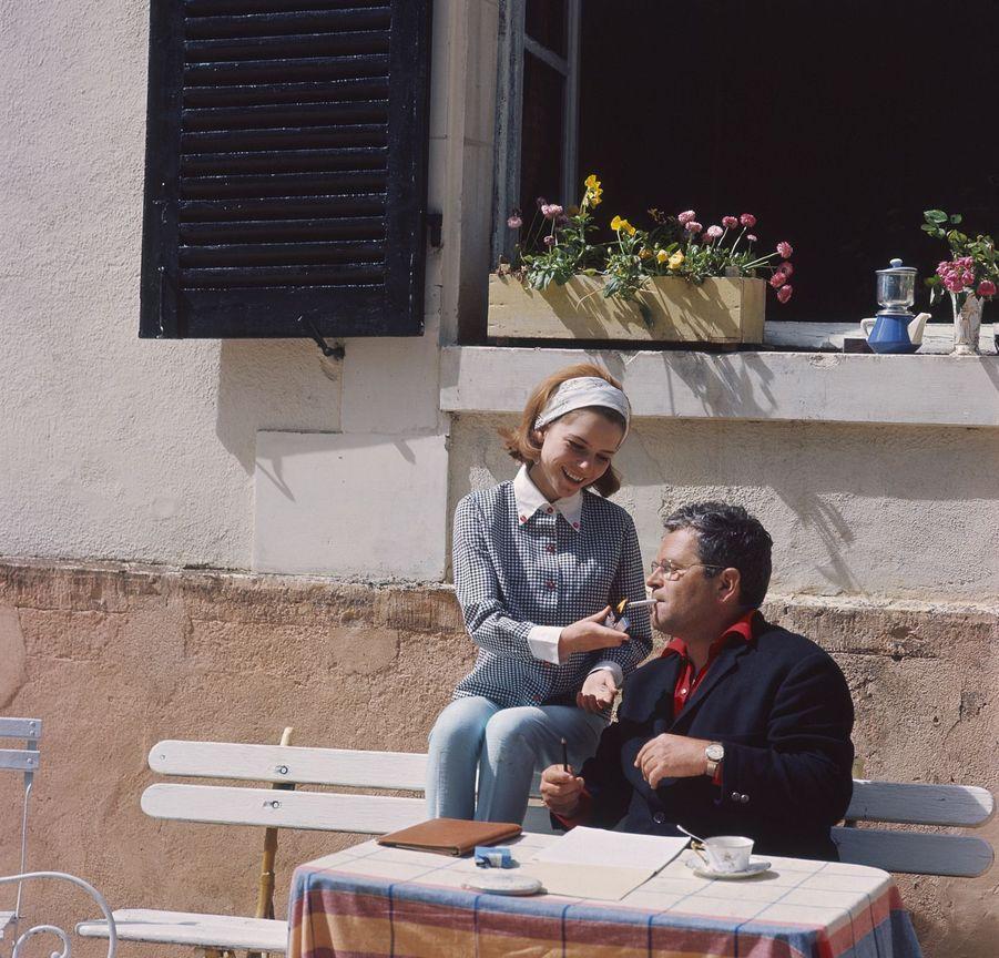 France Gall à 16 ans, dans la maison familiale dans l'Yonne, aux côtés de son père.