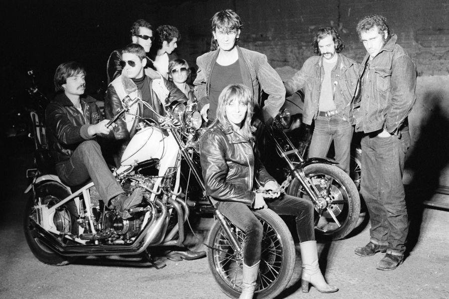En octobre 1979, photo studio des acteurs du film «La bande du Rex» de Jean-Henri Meunier sous le pseudo 108-13. Nathalie Delon et Jacques Higelin (veste de velours) entourés par la bande de loubards et leurs motos.