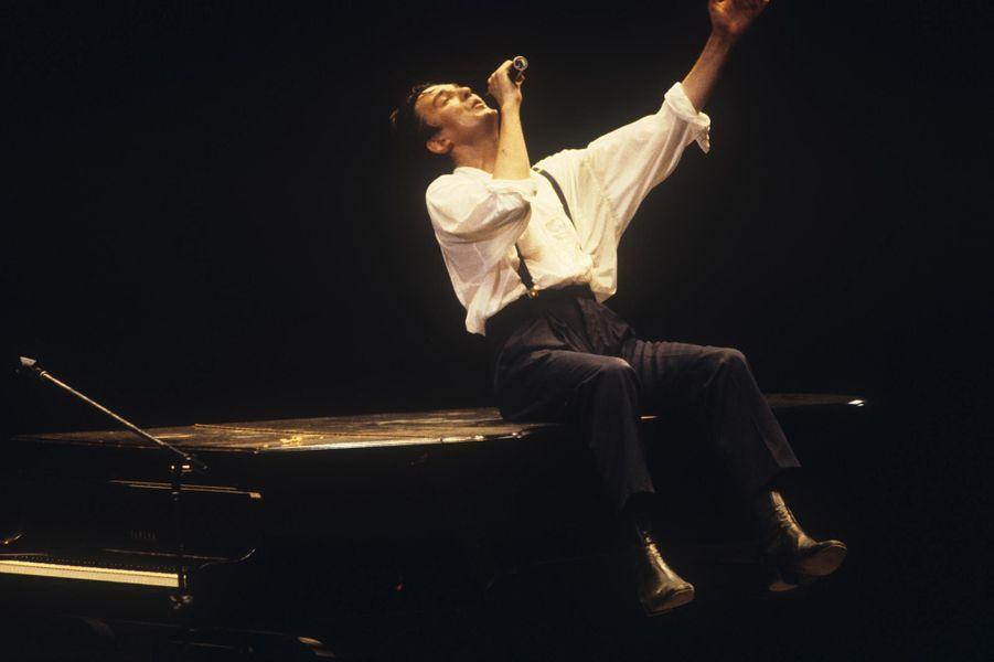 Jacques Higelin sur la scène du Palais omnisports de Paris-Bercy, en septembre 1985.