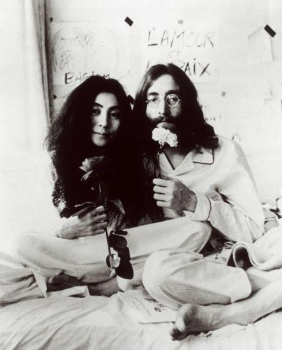 John rencontre Yoko Ono, en 1966. L'artiste japonaise devient sa muse et sa compagne. John Lennon finalement divorce de Cynthia en 1968. Pour nombre de fans des Beatles, Yoko est à l'origine de la séparation du groupe.