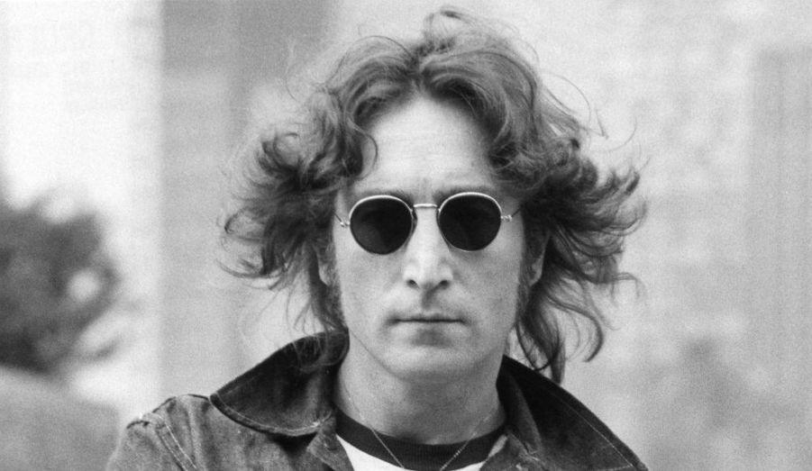 John Lennon est né le 9 octobre 1940 à Liverpool. Fils d'Alferd Lennon et de Julia Stanley, il aura eu une situation familiale complexe, entre un père marin souvent absent, et une mère qui doit se résoudre à le confier à sa sœur. Si cette dernière, Mimi, assura son éducation, c'est Julia qui lui offrit sa première guitare et lui donna ses premières leçons.