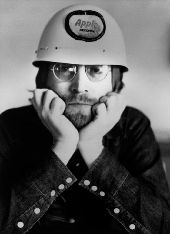 """Après l'enregistrement d'""""Abbey Road"""", alors que les tensions avec Paul McCartney sont de plus en plus fortes, John Lennon annonce son départ aux autres membres des Beatles et met ainsi fin au groupe le plus populaire de l'histoire de la musique."""