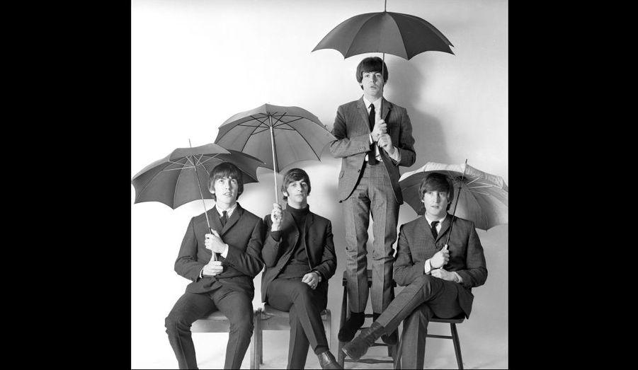 """Les Beatles signent un contrat avec Parlophone, un label de la maison de disque Emi, et publient """"Please Please Me"""", en mars 1963."""