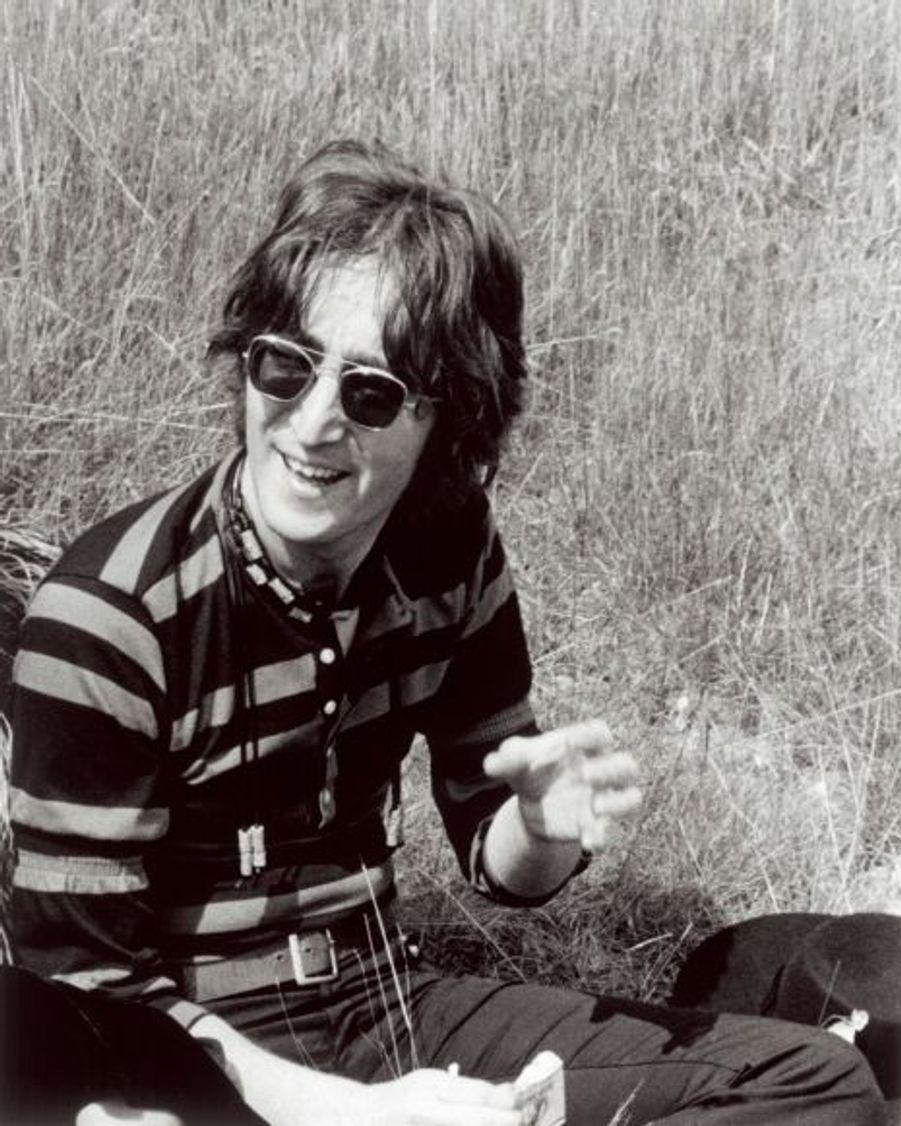 Complétés par Ringo Starr, les Beatles connaissent rapidement le succès. Dans le même temps, en 1963, John Lennon est papa d'un premier enfant, le petit Julian, né de son mariage (en 1962) avec Cynthia Powell qu'il a rencontré du temps de l'université.
