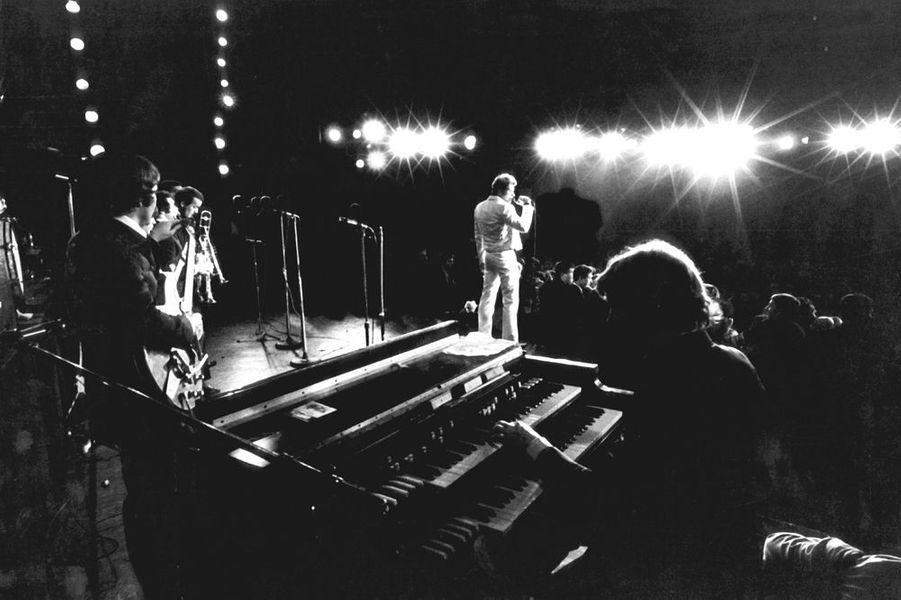 Johnny et ses musiciens sur la scène de l'Olympia, octobre 1966
