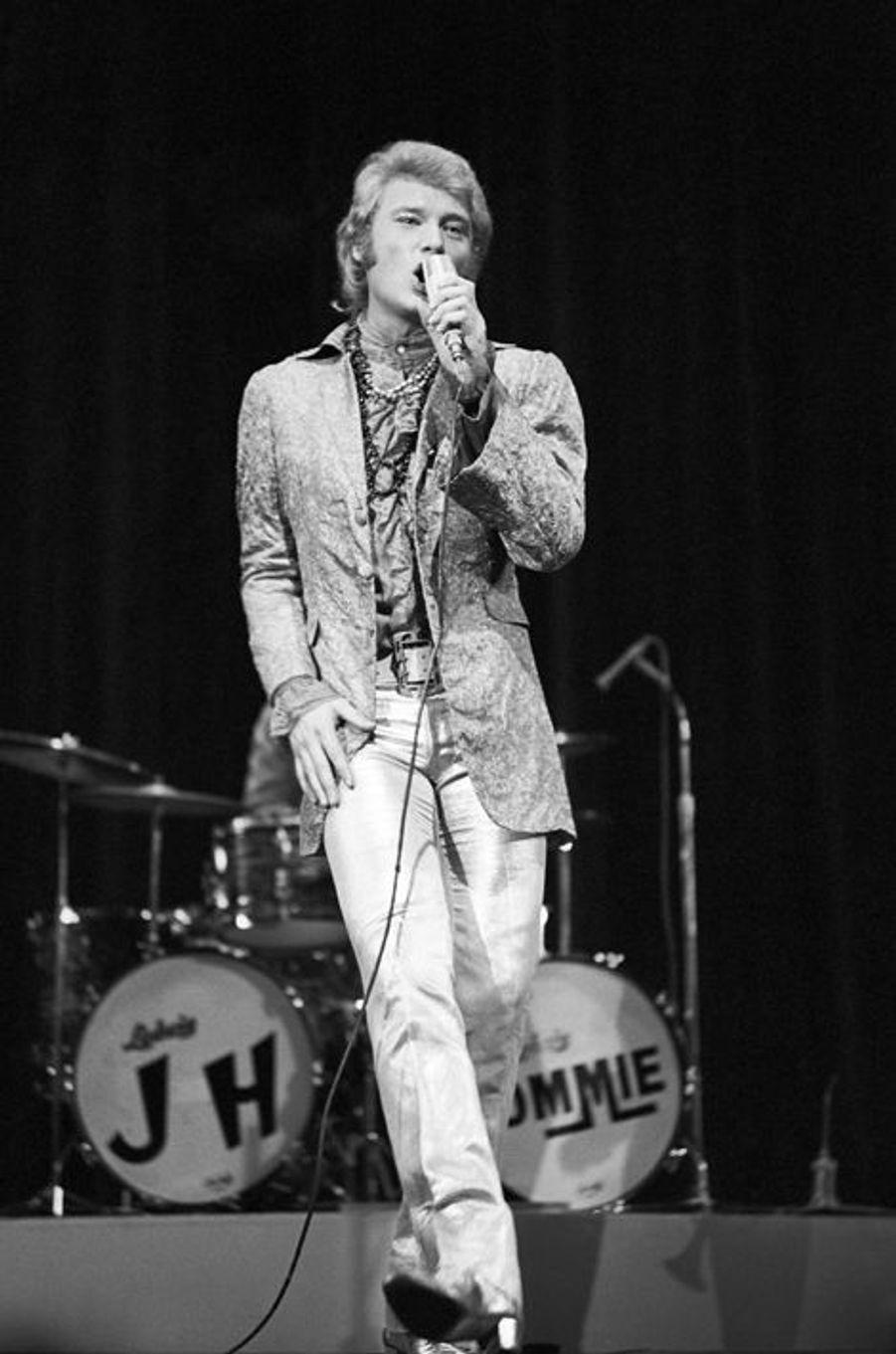 Johnny Hallyday lors d'un gala au Théâtre Chaillot, à Paris, 15 décembre 1967