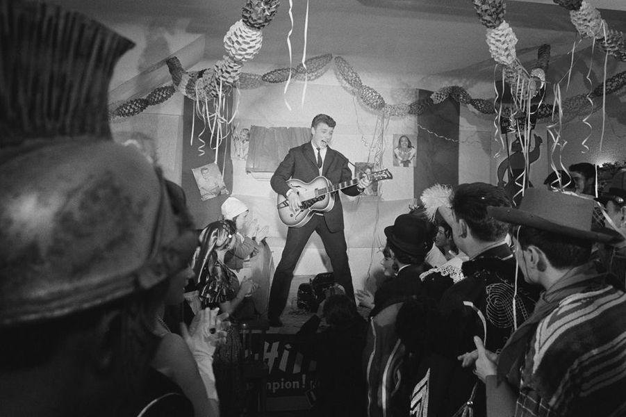 Johnny Hallyday se produit sur scène devant un public déguisé à l'occasion du mardi gras