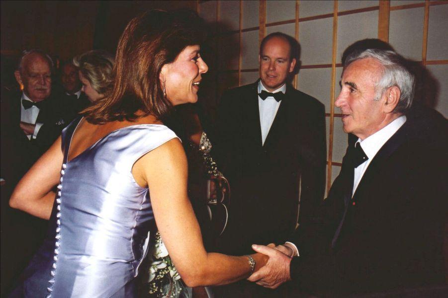 Charles Aznavour participe au Bal de la Croix Rouge à Monaco, en 2000, avec Caroline, Albert etRainier.