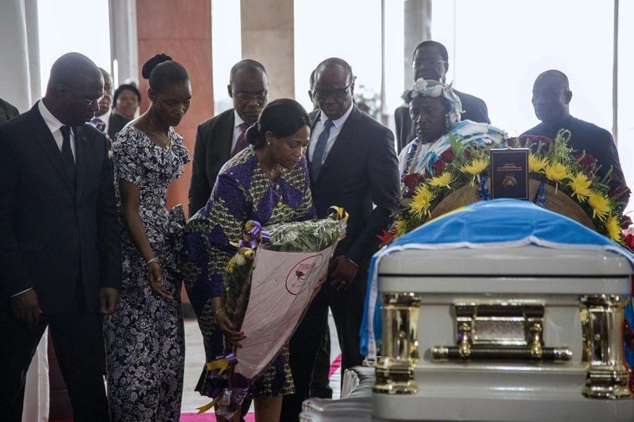 Des membres de la délégation ivoirienne se recueillent sur le cercueil de Papa Wemba