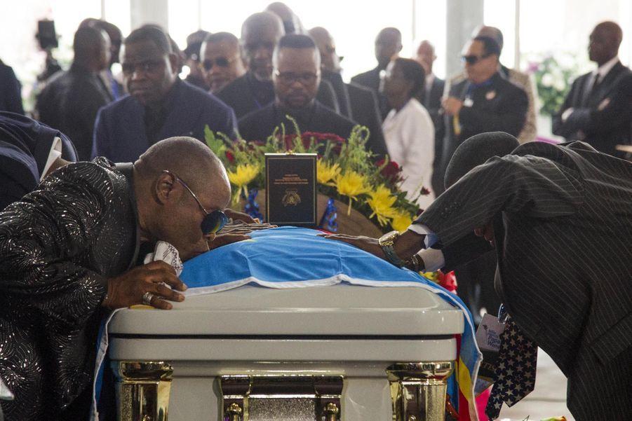 Quidams et célébrités se sont recueuillis sur le cerrcueil de Papa Wemba