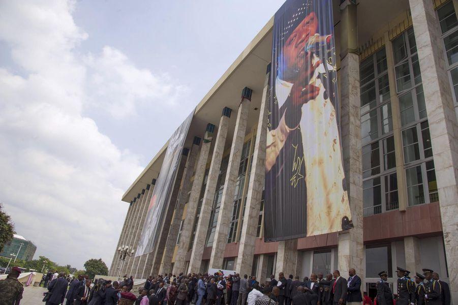 Rassemblement devant le Palais du Peuple, en hommage à Papa Wemba