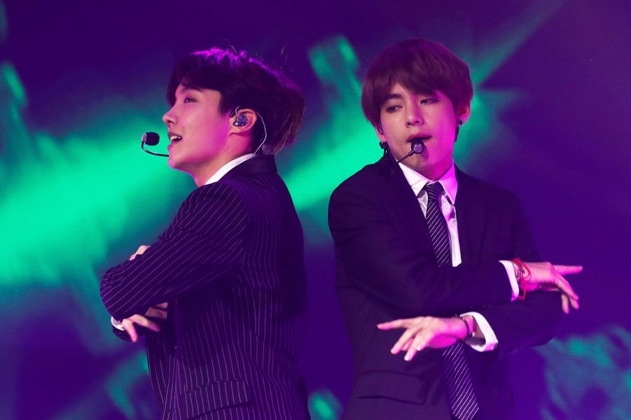 Sept garçons sud-coréens dans le vent à Paris pour un concert exceptionnel. Phénomène de la K-Pop, le groupe BTS se produira à Bercy ce vendredi. Photo prise lors du mini-concert donné par le groupe à Paris lors de la visite officielle du président sud-coréen Moon, le 14 octobre dernier.