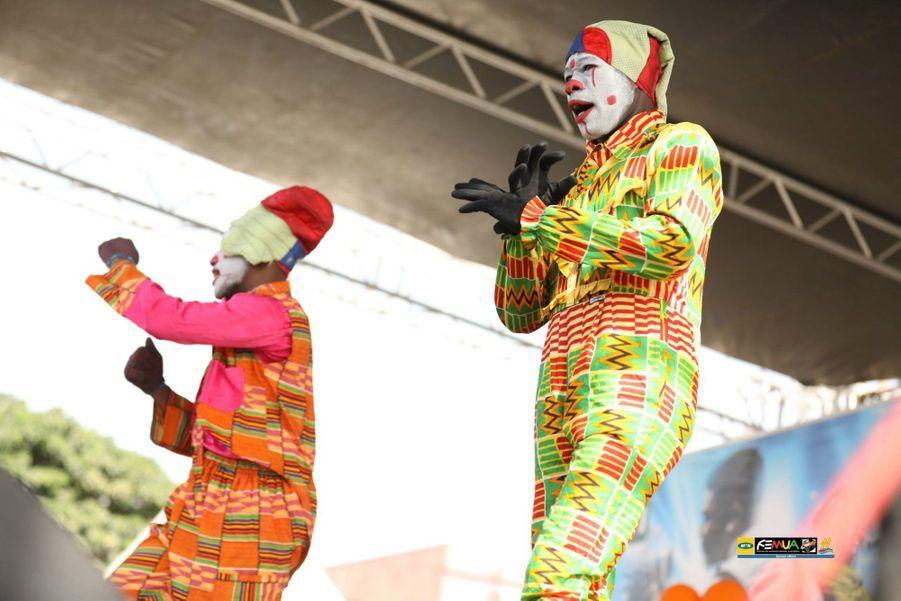 Numéro de clowns sur la scène du FEMUA Kids