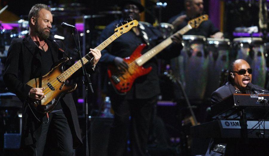 Sting à la basse accompagne Stevie Wonder au piano.