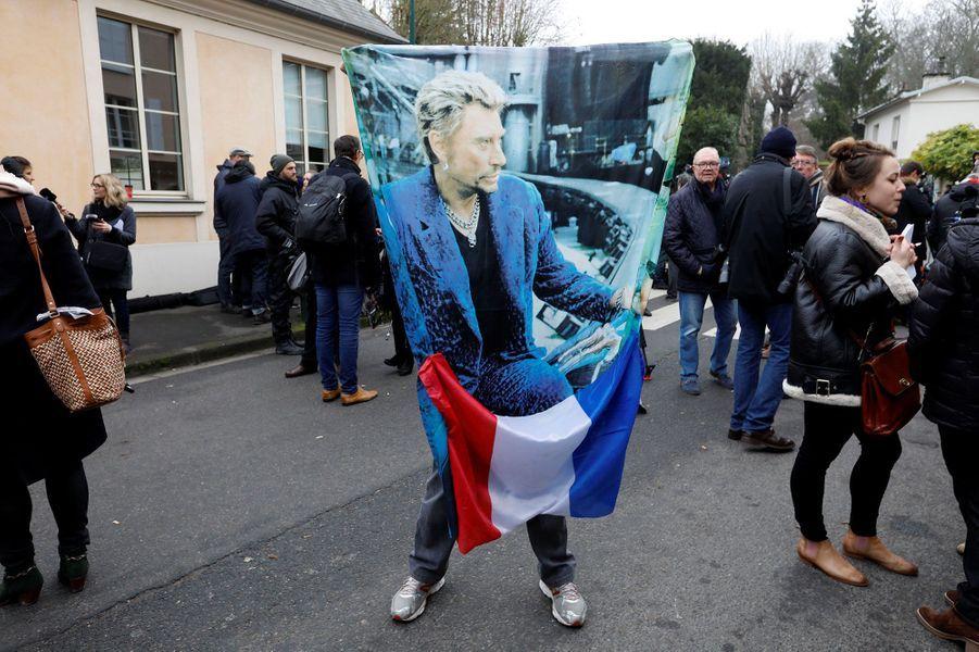Les fans devant le domicile deJohnny Hallyday àMarnes-la-Coquette, mercredi 6 décembre