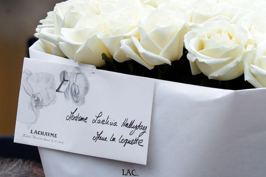 Des fleursdevant le domicile deJohnny Hallyday àMarnes-la-Coquette, mercredi 6 décembre