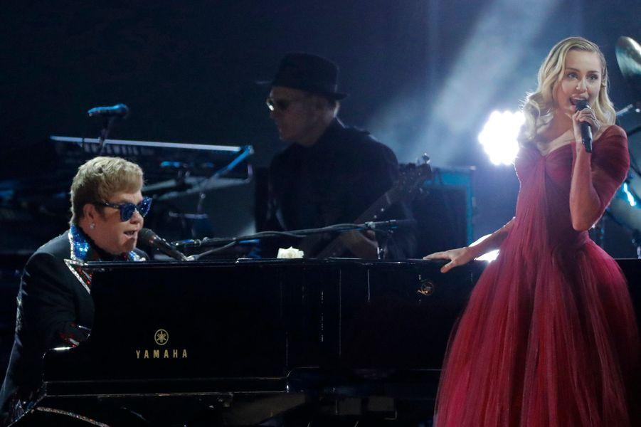 Elton John et Miley Cyrusà la cérémonie des Grammy Awards.
