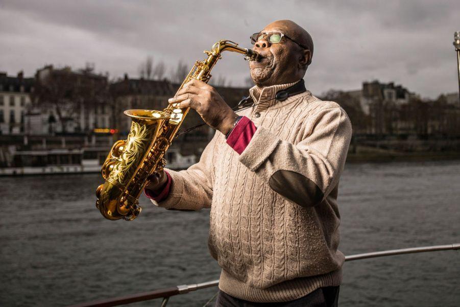 Le 7 décembre 2018, un tour de Seine pour bercer les Parisiens. Une idée à lui. « J'ai toujours aimé jouer au bord de l'eau », explique le saxophoniste.