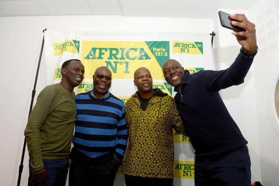 Chaque dimanche, Manu Dibango et Robert Brazza (à dr.) reçoivent des personnalités sur la radio Africa N° 1. Ici dans les studios, en décembredernier, avec l'humoriste Mamane (à g.) et le producteur Amobé Mévégué.